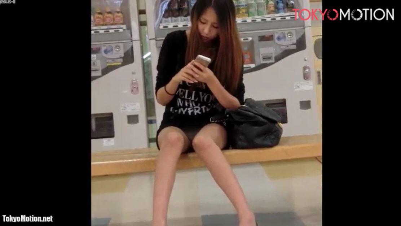 『お座り正面からパンティ撮影』【ショッピングモールで見つけたミニスカ美人ギャル】
