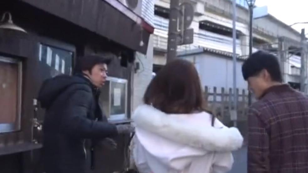 熊谷でナンパしたロリ美少女の可愛い乳首をホテルで2人がかりで好き放題しゃぶり尽くす