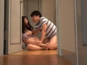 黒髪ロングの清楚系美少女が廊下で宅配業者の汗臭いチンポを口にねじ込まれてアヘ顔
